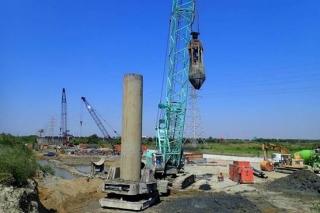 ↑東段標擋土牆及橋梁下構工程之基樁作業已全面啟動