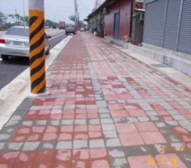 臺中市龍井區臨港東路人行道新建工程完工時平整的人行道剪影。